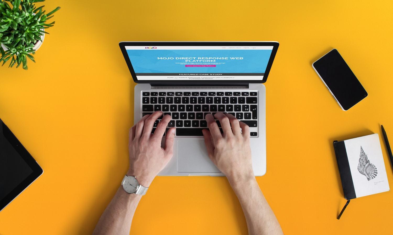 Пример разарботанного сайта отображаемый на ноутбуке